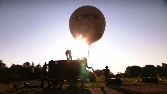 vídeos de stock e filmes b-roll de ws view of union soldiers work at sunrise as intrepid hot air balloon floats in air / rochester, new york, united states - exército da união
