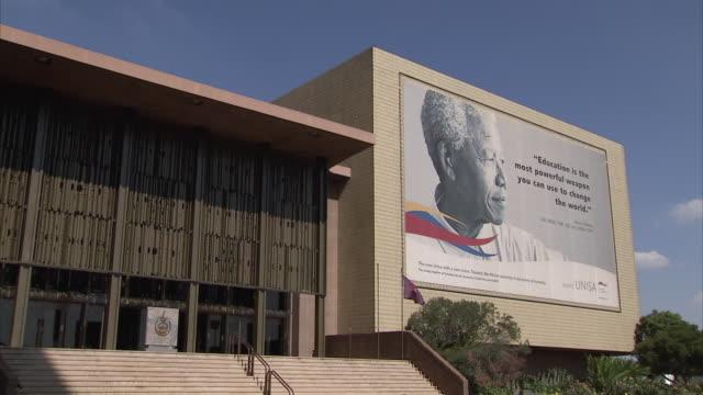 vídeos de stock, filmes e b-roll de ws zi view of unisa with billboard showing nelson mandela / pretoria, tshwane, south africa - nelson mandela