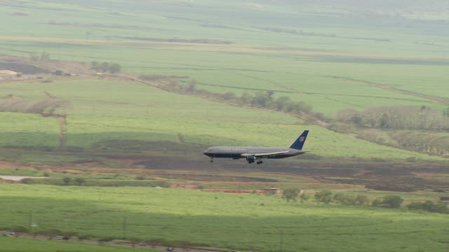 ws ts aerial view of united airlines planes makes way for landing on island of maui / hawaii, united states - air to air shot stock videos and b-roll footage
