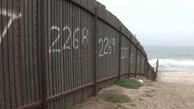 stockvideo's en b-roll-footage met view of united states border fence in san diego united states - internationale grensbarrière