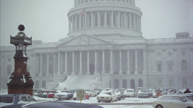 vídeos de stock e filmes b-roll de ws pan tu td view of united states capitol building in winter / usa - 1968