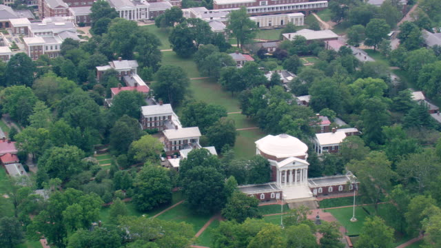vídeos de stock, filmes e b-roll de ws aerial view of university of virginia poor weather / virginia, united states - wisdom