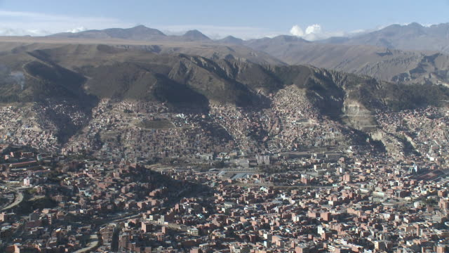ws view of urbanization of city with mountain and sky cloud in background / la paz , bolivia - ボリビア点の映像素材/bロール