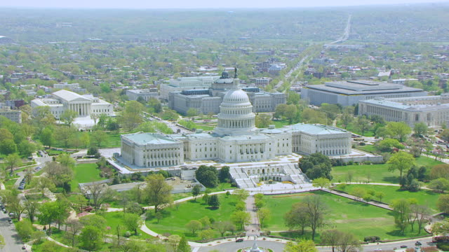 ws aerial pov view of us capitol building with city / washington dc, united states - kapitol lokales regierungsgebäude stock-videos und b-roll-filmmaterial