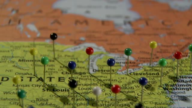 cu pan view of us east coast in world map with push pins / atlanta, georgia, usa - 画鋲点の映像素材/bロール