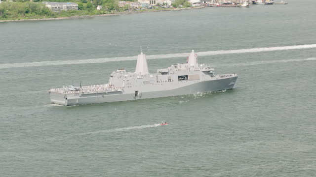 vidéos et rushes de ws aerial view of us navy ships / new york city  - marine américaine