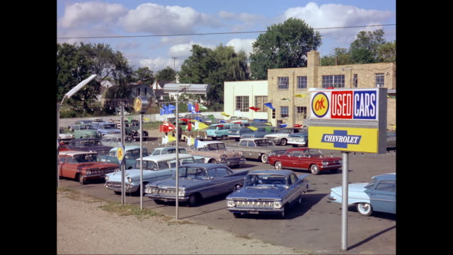 vídeos de stock e filmes b-roll de ws view of used cars lot / united states - stand de carros