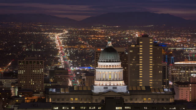 vidéos et rushes de t/l view of utah state capitol with traffic in the background at night / salt lake city, utah, usa - salt lake city
