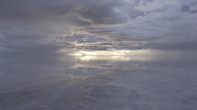 view of uyuni reflection at sunset - ウユニ塩湖点の映像素材/bロール