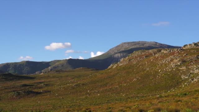 vídeos y material grabado en eventos de stock de ws view of valley and blue sky / franschhoek, western cape, south africa - cabo winelands