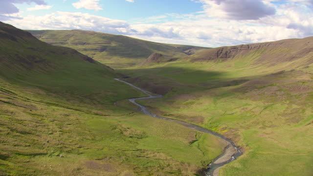 vídeos y material grabado en eventos de stock de ws aerial view of valley and clouds shadow with blue sky / iceland - valle