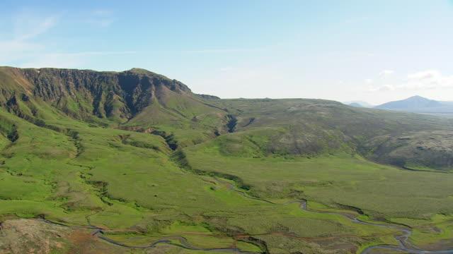 vídeos de stock e filmes b-roll de ws aerial view of valley / iceland - vale