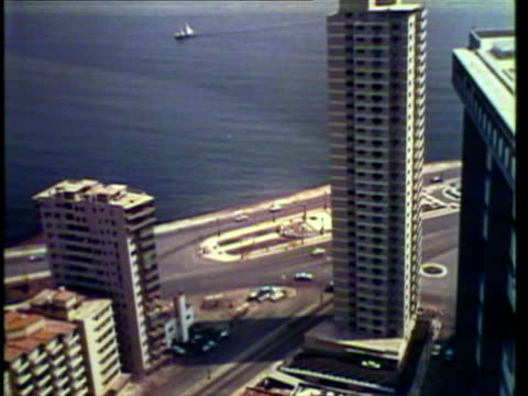 vidéos et rushes de 1953 ws view of various buildings, hotels and palm trees / cuba / audio - cuba