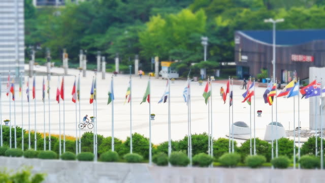 vídeos y material grabado en eventos de stock de ms t/l view of various national flag swaying in  breeze at  peace gate of olympic park / seoul, south korea - olympic national park