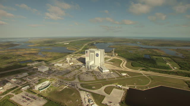 stockvideo's en b-roll-footage met ws aerial view of vehicle assembly building at kennedy space center / florida, united states - hoofdkantoor