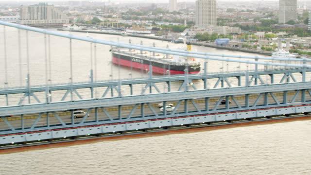 ms ts aerial view of vehicles moving on benjamin franklin bridge / philadelphia - デラウェア川点の映像素材/bロール
