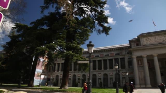 vídeos y material grabado en eventos de stock de view of velazquez statue and national museum prado, paseo del prado, madrid, spain, europe - culturas