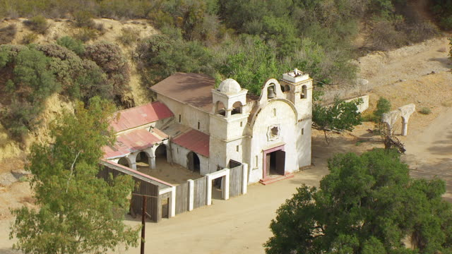 stockvideo's en b-roll-footage met  ws aerial pov view of veluzat motion picture ranch film studio / santa clarita, california, united states - ranch