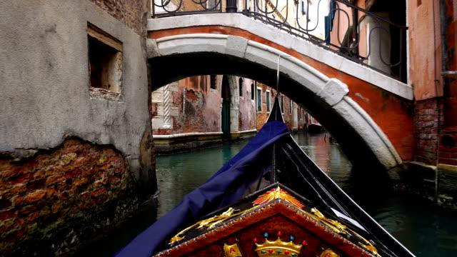 vidéos et rushes de view of venice on a gondola - canal eau vive
