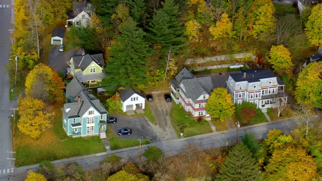 ms aerial zi zo view of vermont state capitol building in montpelier / vermont, united states - モンペリエ点の映像素材/bロール