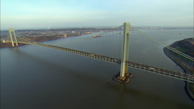 vídeos y material grabado en eventos de stock de ws pov aerial view of verrazano narrows bridge and tankers at anchor off staten island / brooklyn, new york, usa - anclado