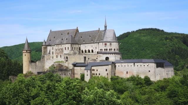 stockvideo's en b-roll-footage met ws view of vianden castle with surrounding trees / vianden, diekirch, luxembourg - kasteel