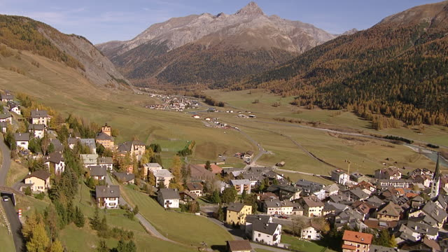 ws aerial view of village center of zuoz and inn river / zuoz, upper engadin, switzerland - inn river stock videos and b-roll footage