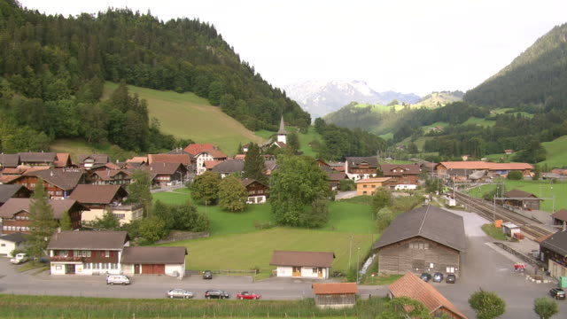 stockvideo's en b-roll-footage met ms aerial view of village of boltigen in simmen valley / boltigen, bern, switzerland - kerktoren