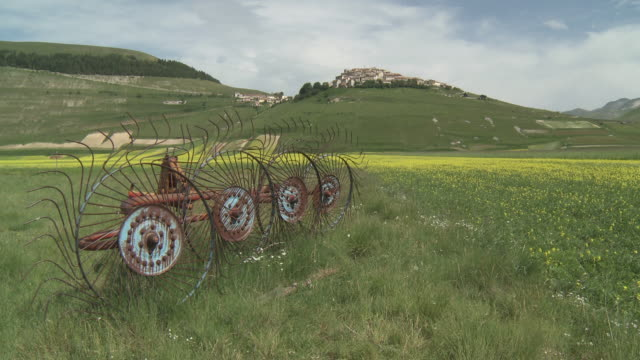 vídeos de stock, filmes e b-roll de ws view of village of castelluccio on mountain / castelluccio di norcia, umbria, italie - umbria