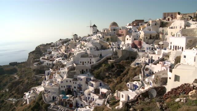 ms view of village oia / santorini, cyclades islands, greece - イア点の映像素材/bロール