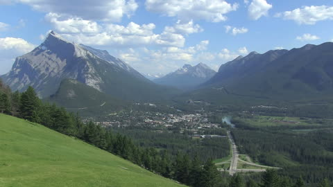 ws view of village surrounded by mountain / banff nationalpark, alberta, canada - banff nationalpark stock-videos und b-roll-filmmaterial
