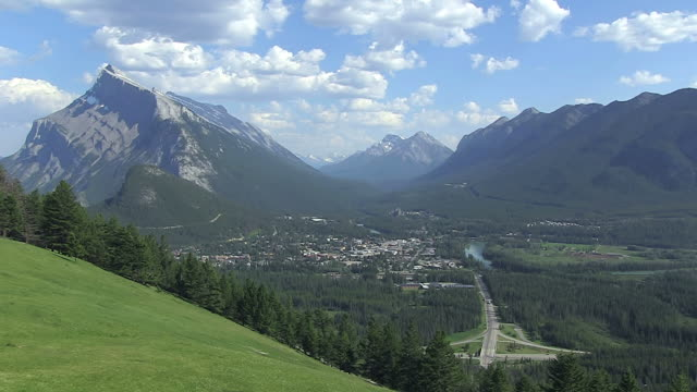 WS View of village surrounded by mountain / Banff Nationalpark, Alberta, Canada