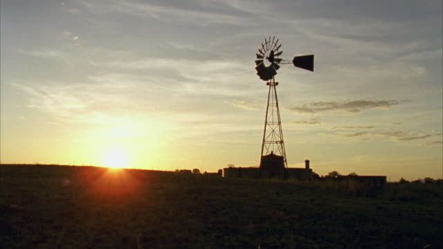 vídeos de stock, filmes e b-roll de ws tu view of vintage windmill at sunrise / marfa, texas, usa  - sudoeste dos estados unidos