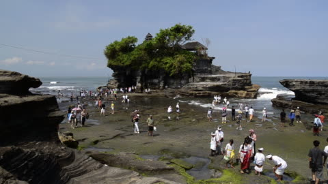 stockvideo's en b-roll-footage met ms view of visitors and pilgrims at tanah lot temple on rocky island / tanah lot, bali, indonesia - babymeisjes