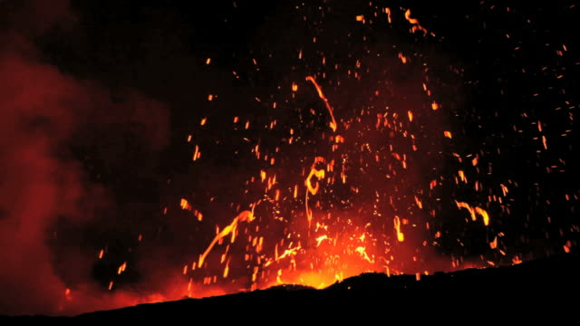 ws view of volcanic eruption at night / kalapana, hawaii, usa - eruzione video stock e b–roll