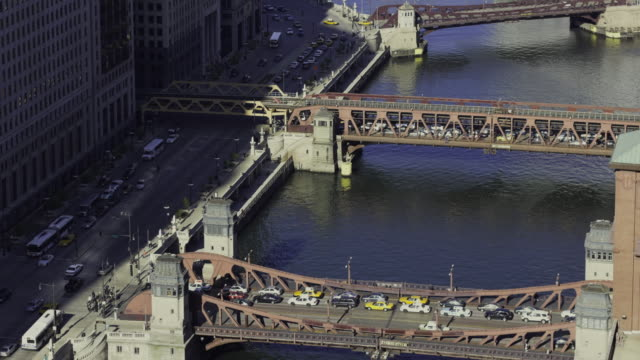 vídeos de stock, filmes e b-roll de ws t/l view of wacker drive and chicago river during rush hour / chicago, illinois, usa  - drawbridge