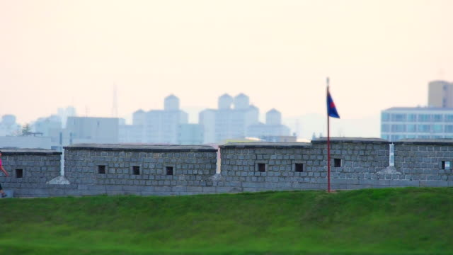 ws t/l view of walking people at fortified wall in suwon hwaseong castle (unesco) / suwon, gyeonggi-do, south korea  - besichtigung stock-videos und b-roll-filmmaterial