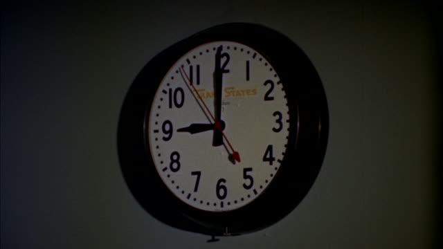 vídeos de stock e filmes b-roll de cu view of wall clock - 1960