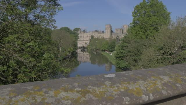 view of warwick castle and river avon, warwick, warwickshire, england, united kingdom, europe - etwa 12. jahrhundert stock-videos und b-roll-filmmaterial