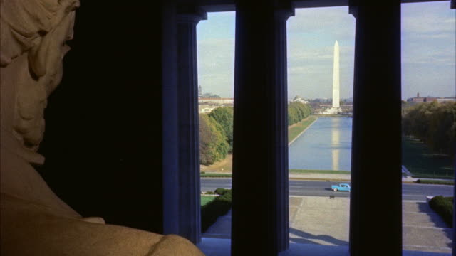 ws view of washington monumentfrom beside  lincoln statue / wasington d.c., united states - lincolndenkmal stock-videos und b-roll-filmmaterial