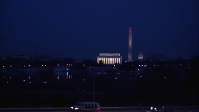 ws view of washington skyline and traffic at night - lincolndenkmal stock-videos und b-roll-filmmaterial