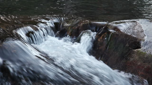 vidéos et rushes de ms view of water flowing over rock in river / sundance, provo river, utah, usa - provo