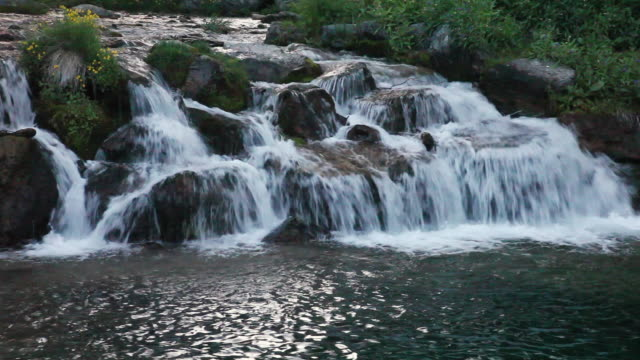 vidéos et rushes de ws view of water flowing over rock in river / sundance, provo river, utah, usa - provo