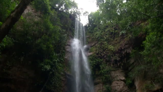 vidéos et rushes de view of waterfall in forest in brazil - chute d'eau