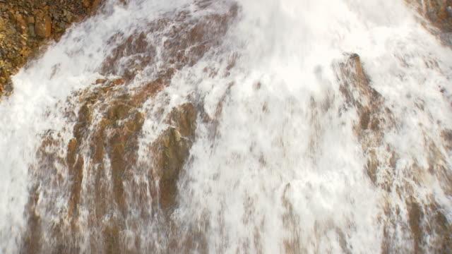 vídeos de stock, filmes e b-roll de ws aerial zi view of waterfall in landmannalaugur / iceland - islândia central