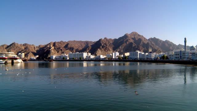 vídeos y material grabado en eventos de stock de ws view of waterfront and corniche / muscat, oman - omán