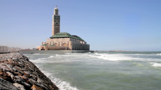vídeos de stock e filmes b-roll de ws view of waterfront corniche and hassan ii mosque, third largest mosque in world / casablanca, morocco - ágata