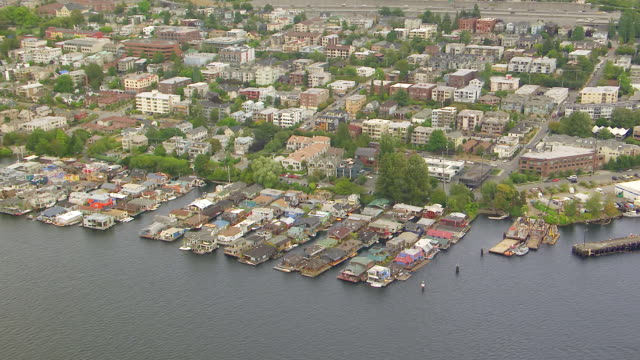 vídeos de stock e filmes b-roll de ws aerial zi view of waterfront homes and houseboats on lake union / seattle, washington, united states - barco casa
