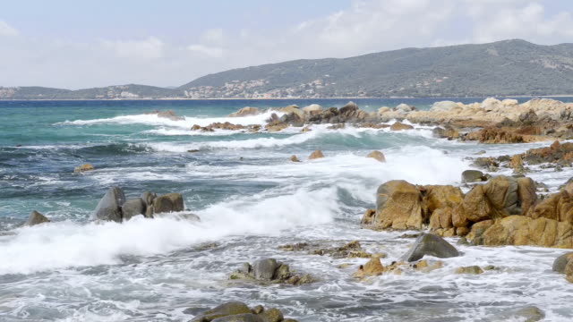 vidéos et rushes de ws view of waves crashing against granit rock formation at beach / propriano, corsica, france - granit