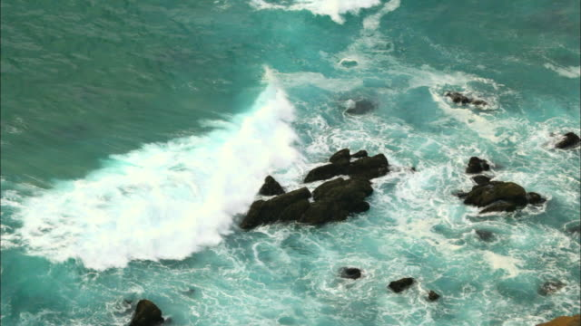 view of waves under a cliff in cabo da roca, portugal - roca video stock e b–roll